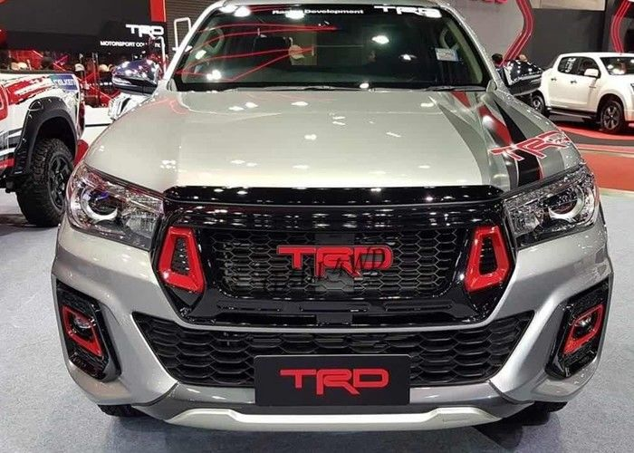 China Hilux 2018 Grille TRD Style Front Grill Guard With Fog Lights Cover For Toyota Rocco factory